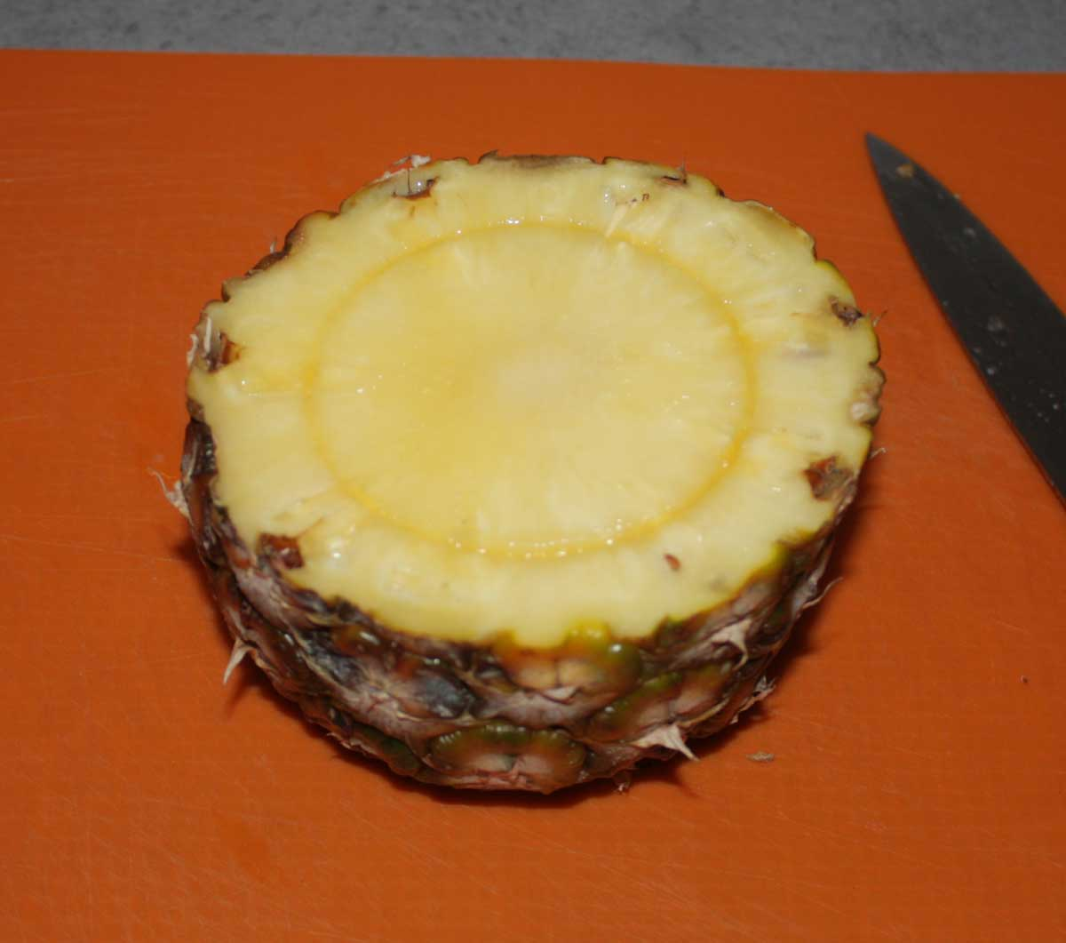 Kamin in die Ananas drücken